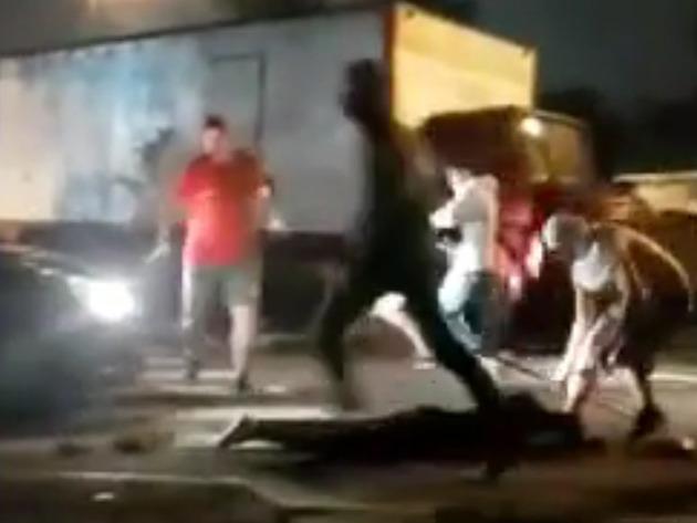 Novas imagens mostram torcedor sendo agredido já desacordado
