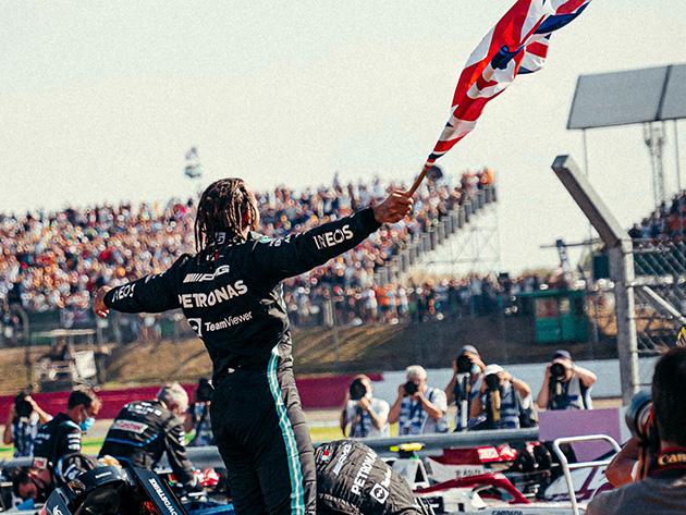 """""""Foi um trabalho em equipe"""", comemora Hamilton após vitória em Silverstone"""