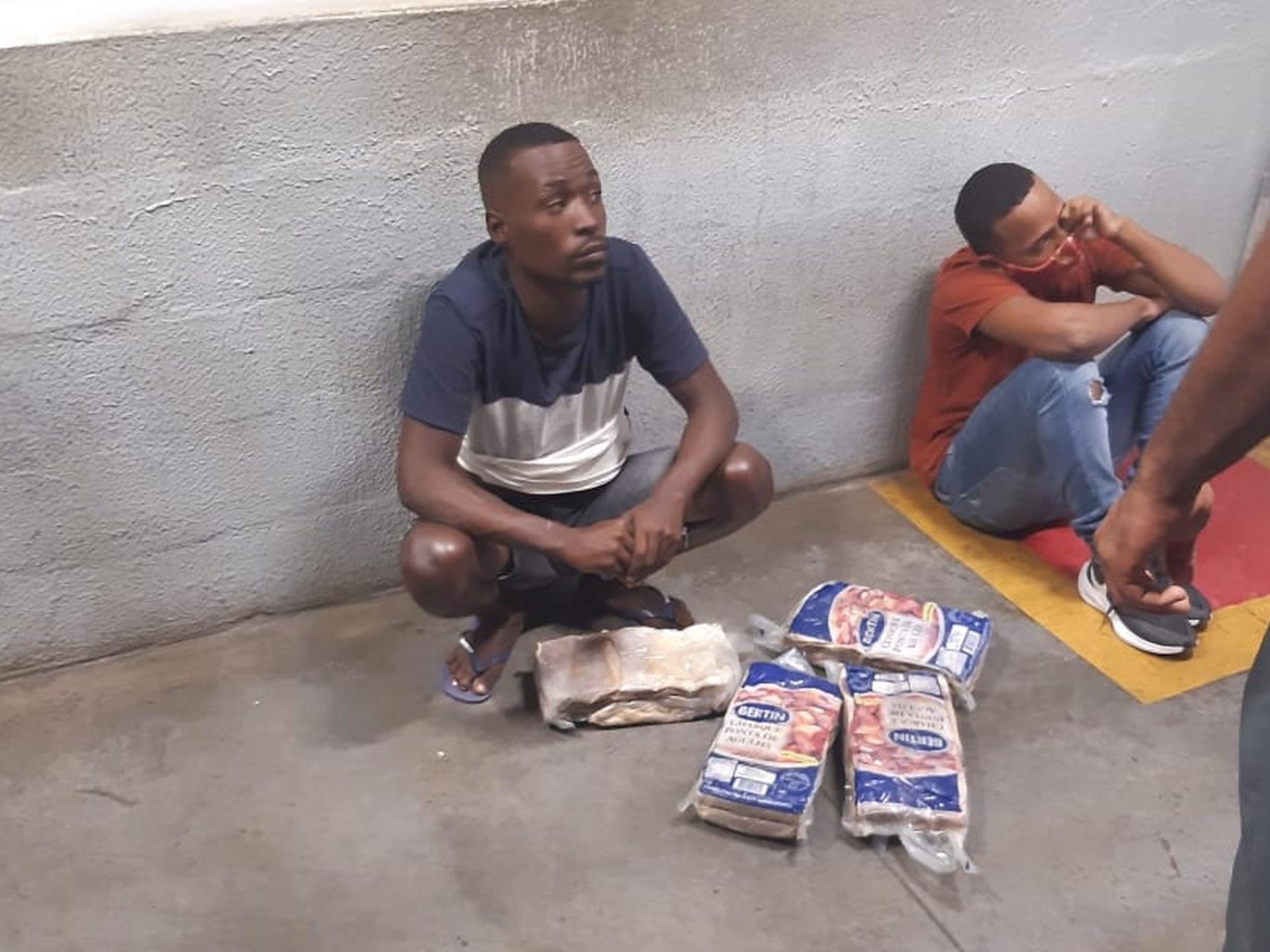 Yan e Bruno Barros foram fotografados com as peças de carne roubadas