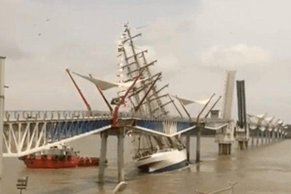 Barco da Marinha Brasileira bate em ponte em, Guayaquil, no Equador