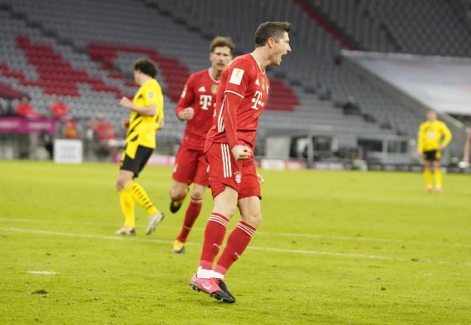 Lewandowski brilha no duelo de artilheiros e comanda virada do Bayern sobre o Dortmund