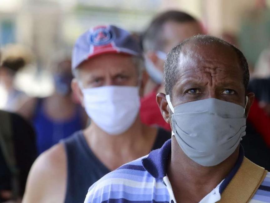 Brasil atinge menor taxa de transmissão da Covid-19 desde o início da pandemia