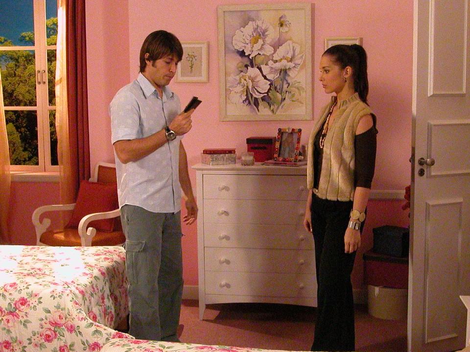 21/04/2021 - Fred encontra uma carteira de homem no quarto de Delfina