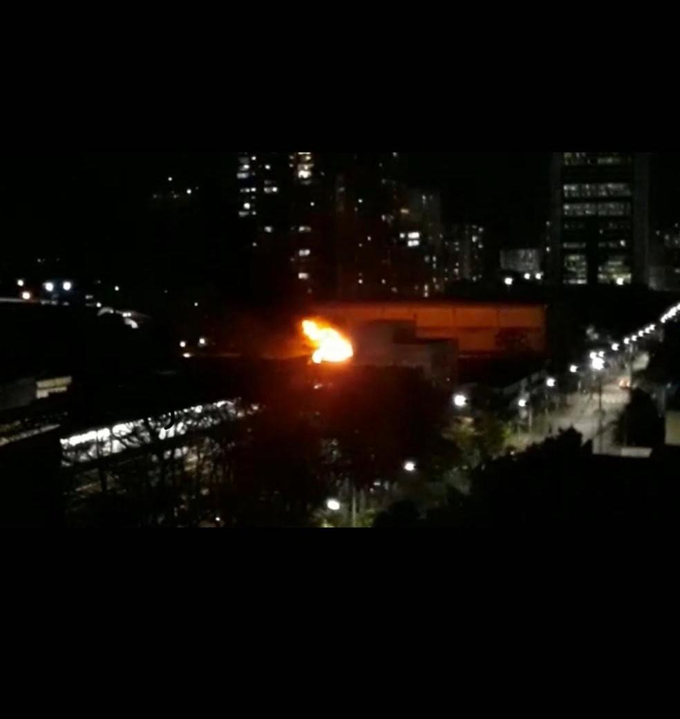 Bombeiros combatem incêndio na Cinemateca Brasileira