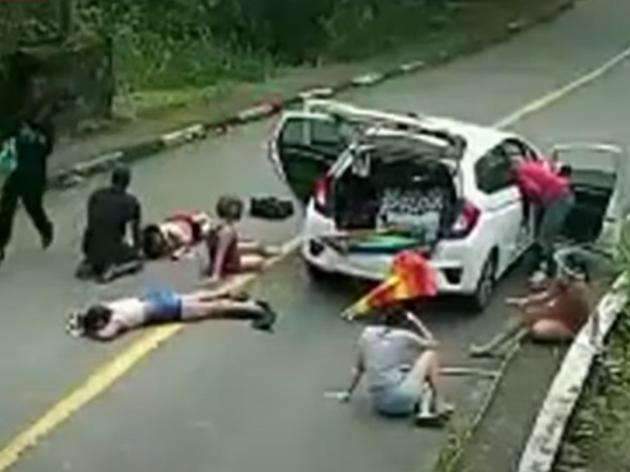Bandidos armados rendem carros e fazem arrastão no Guarujá (SP)