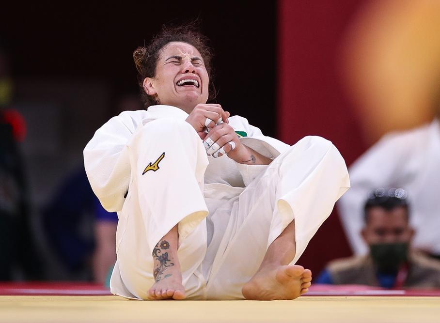 Maria Portela chora após arbitragem declarar vitória da russa em Tóquio