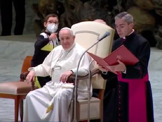 Menino ganha chapéu ao tentar pegar o do Papa Francisco: assista ao momento
