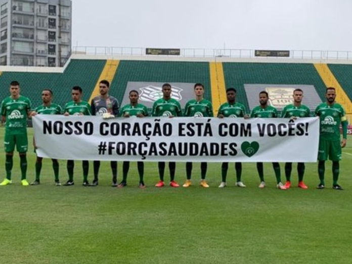 Chapecoense homenageia vítimas de ataque a creche com faixa em jogo