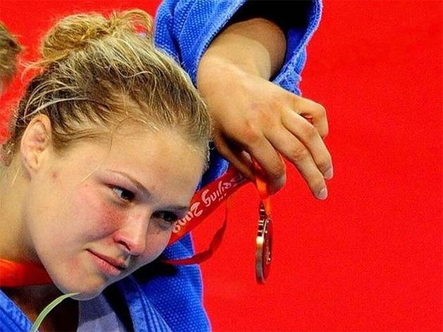 """Ronda Rousey sai em defesa de Biles: """"Ela está na equipe olímpica e você, no Twitter"""""""