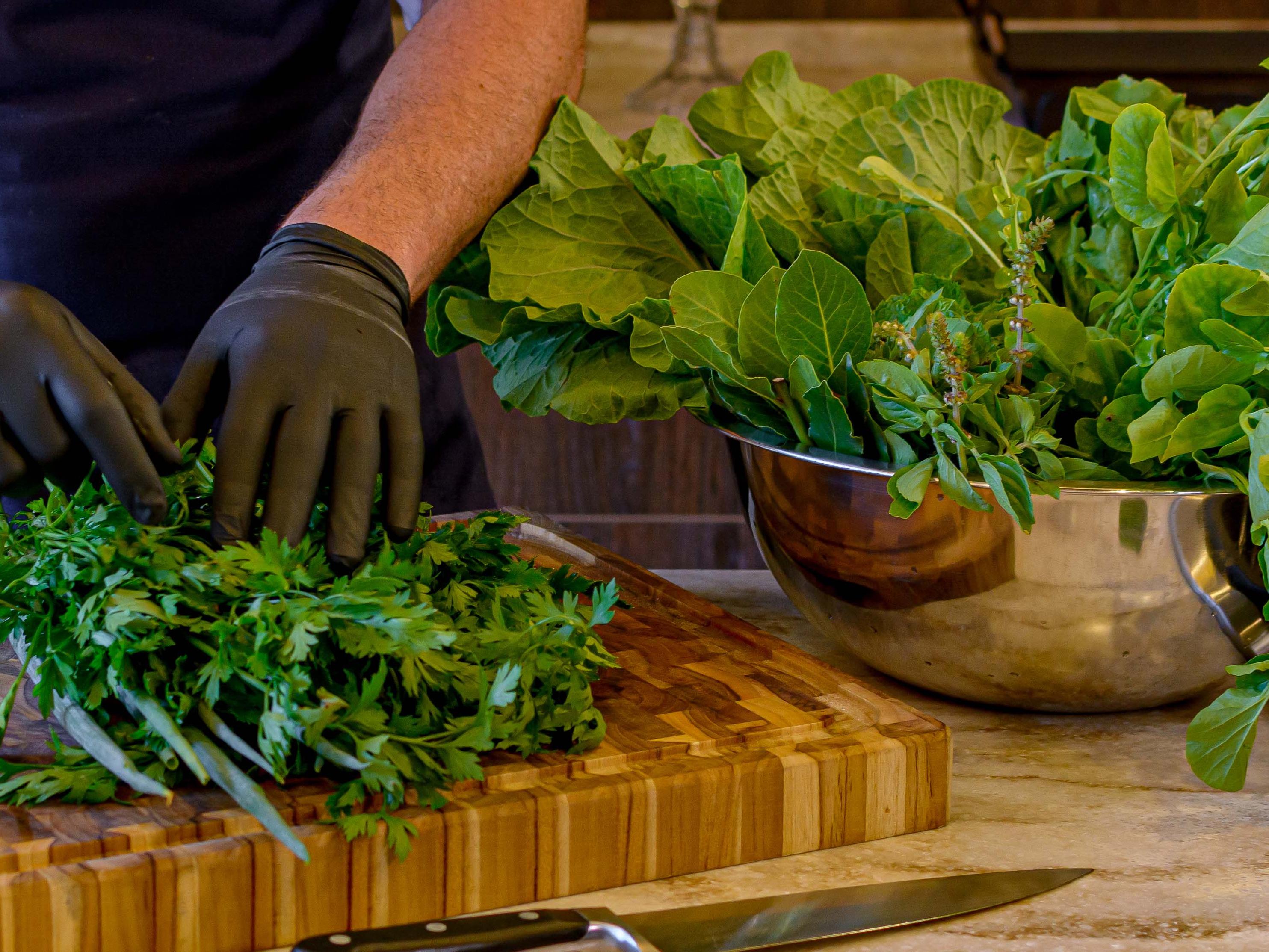 Como conservar folhas e ervas para durar semanas na geladeira?