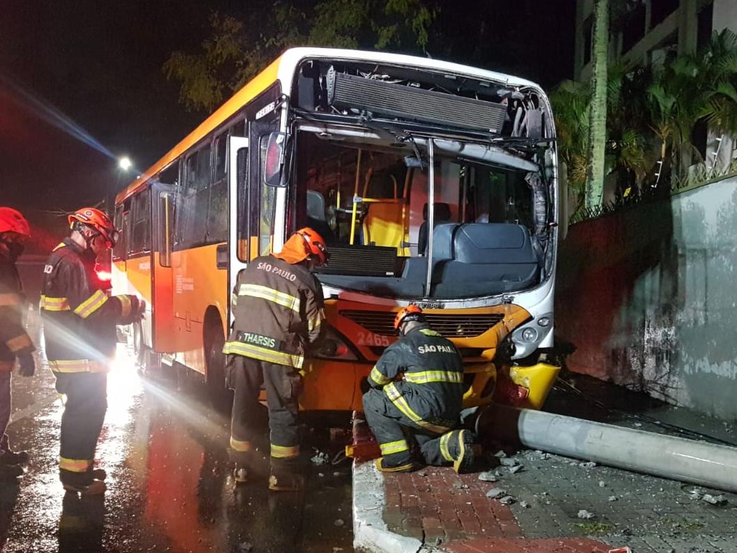 Ônibus bate contra poste e deixa motorista ferido em São José dos Campos
