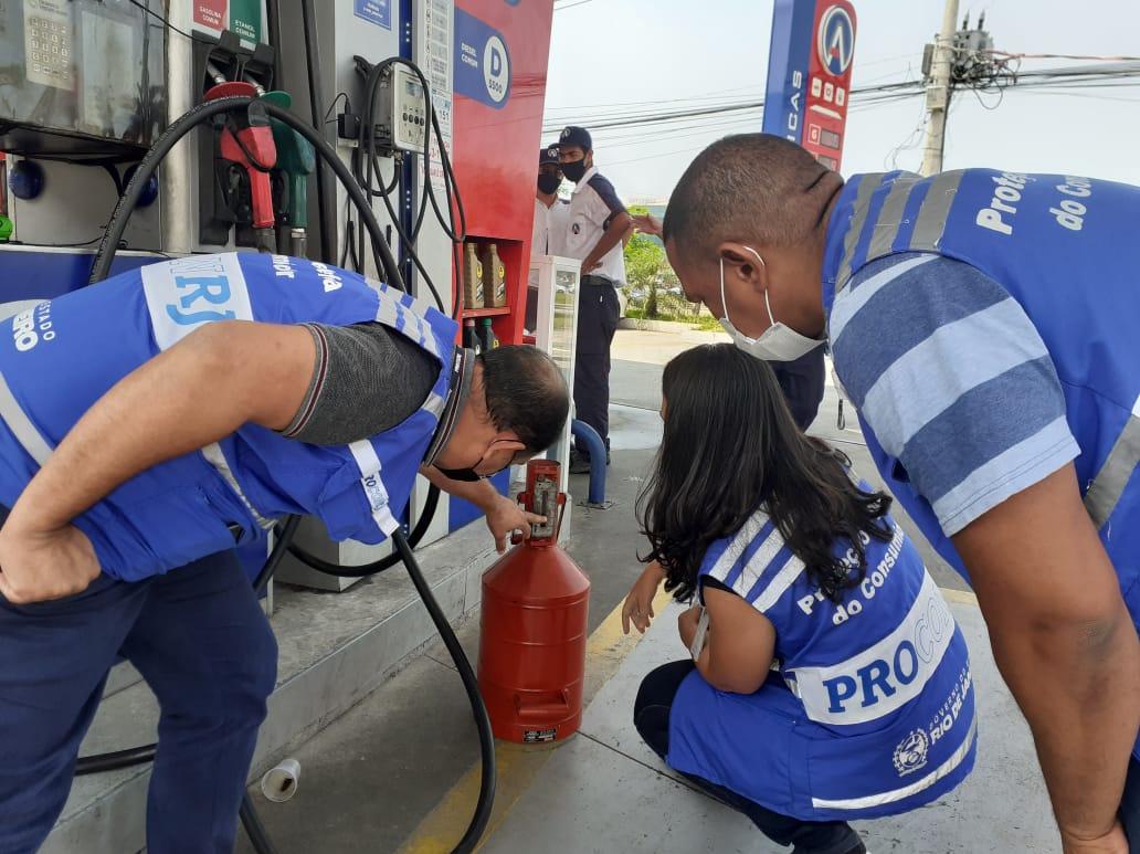 Postos de combustível são autuados na Zona Oeste do Rio