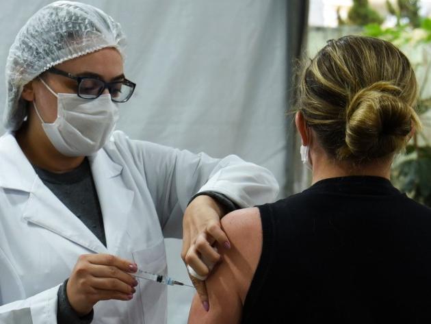 Vacinação avança ao longo da semana em São Paulo.
