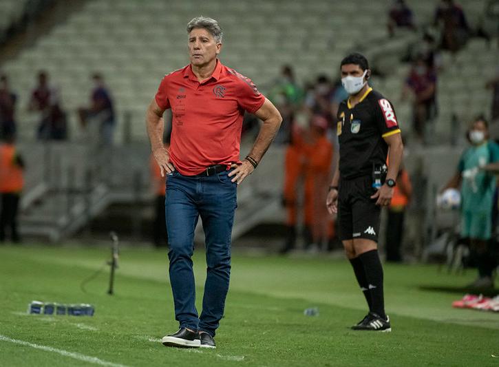 Renato Gaúcho à beira do gramado na partida contra o Fortaleza