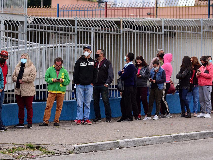 Postos de vacinação de São Paulo registram longas filas de espera