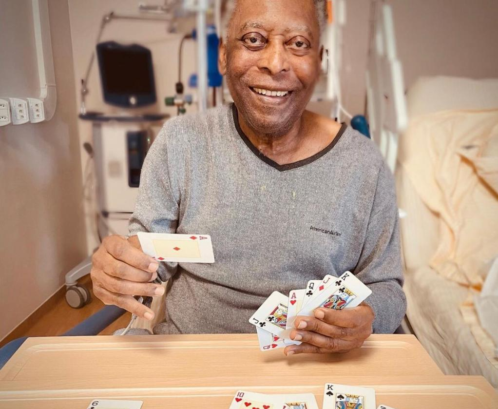 Pelé joga baralho no hospital e celebra recuperação