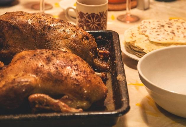 Pato assado e recheado com maçãs, castanhas e uva-passa é opção para a ceia de Natal