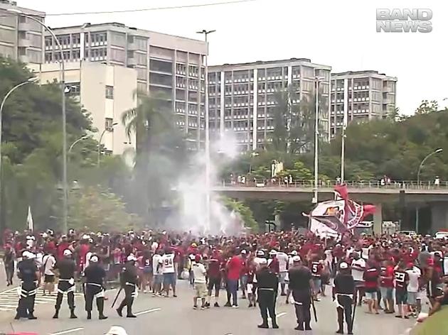 Torcedores do Flamengo se aglomeram em frente ao Maracanã: assista