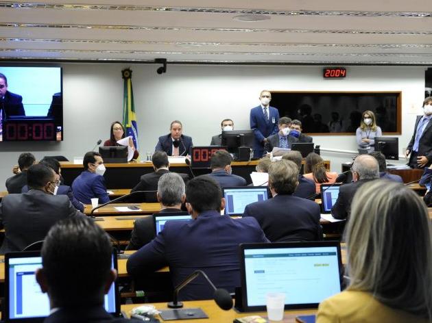 """Comissão especial aprova """"distritão"""" e volta das coligações para eleição de deputados"""