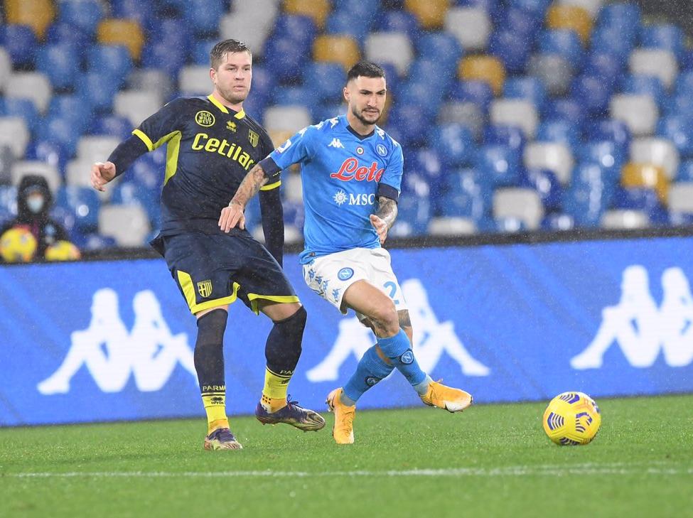 Napoli vence o Parma e segue na luta pelo G4