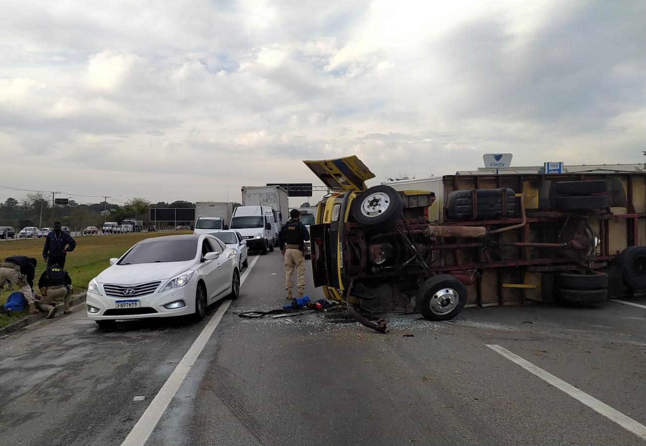 Tombamento de caminhão causou lentidão na Via Dutra em São José dos Campos