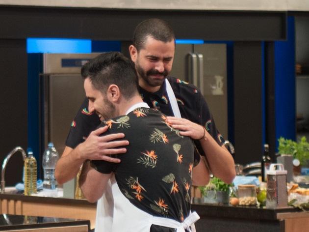 Tiago chora ao ser salvo por mezanino no MasterChef