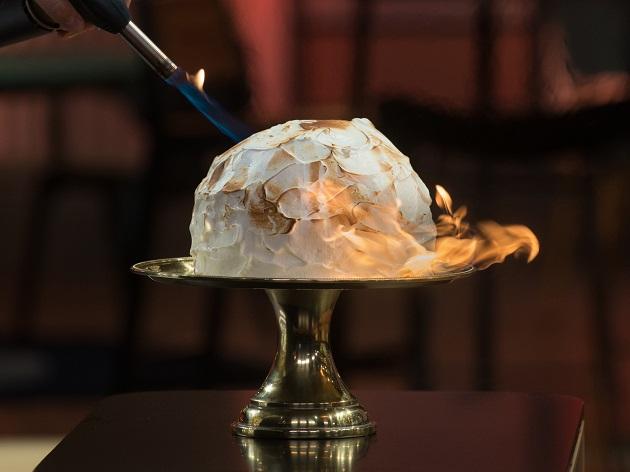 Baked Alaska leva pão de ló, sorvete e merengue