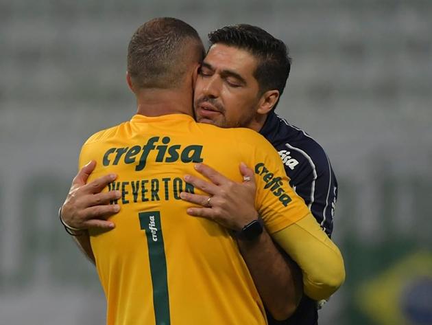 Wewerton foi o destaque do Palmeiras e comemorou com o técnico Abel Ferreira