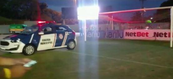 Guarda municipal estaciona viatura no gramado para evitar jogo do Paranaense