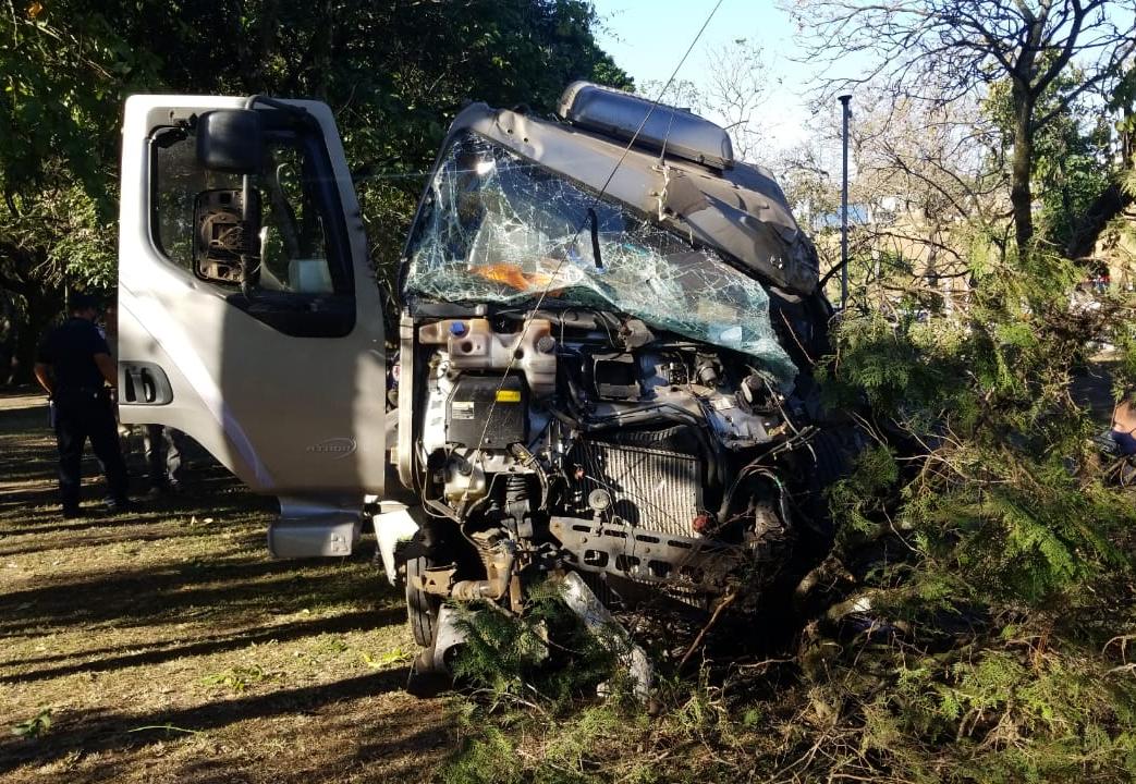 Caminhão tanque invadiu horto municipal de Taubaté