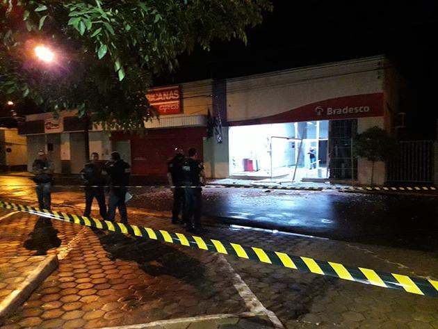 Quadrilha explode agência bancária na cidade de Pitangueiras