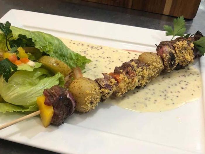 Veja a receita do espetinho de carne feito pelo chef Erick Jacquin no Antigo Bar, em Pesadelo na Cozinha