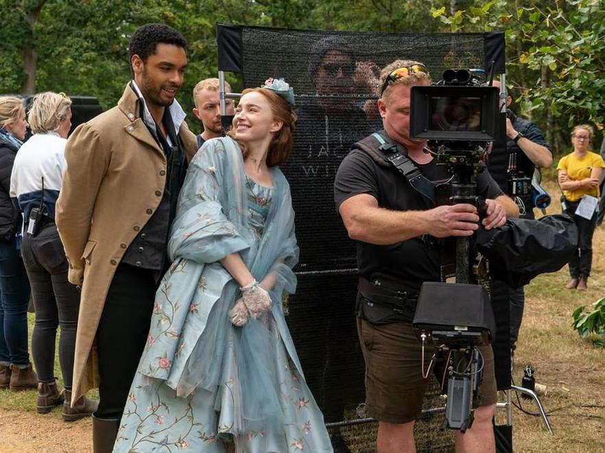 """Virou fã de """"Bridgerton""""? Confira as fotos dos bastidores da nova produção da Netflix"""