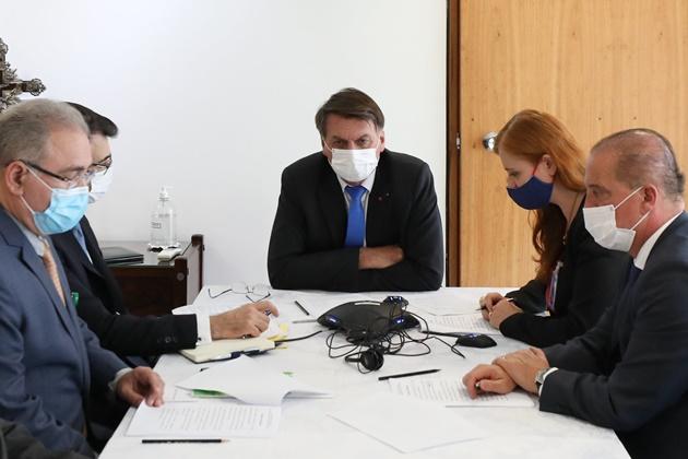 Bolsonaro conversa com Putin sobre vacina Sputnik e deixa Anvisa sob pressão