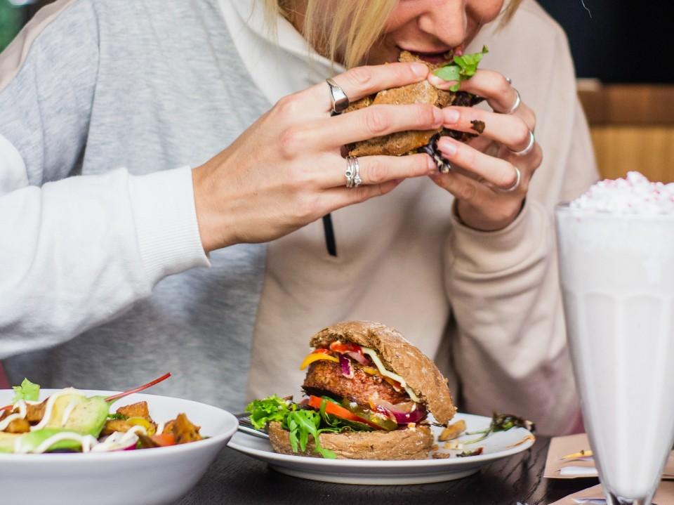 Saiba como identificar a compulsão alimentar
