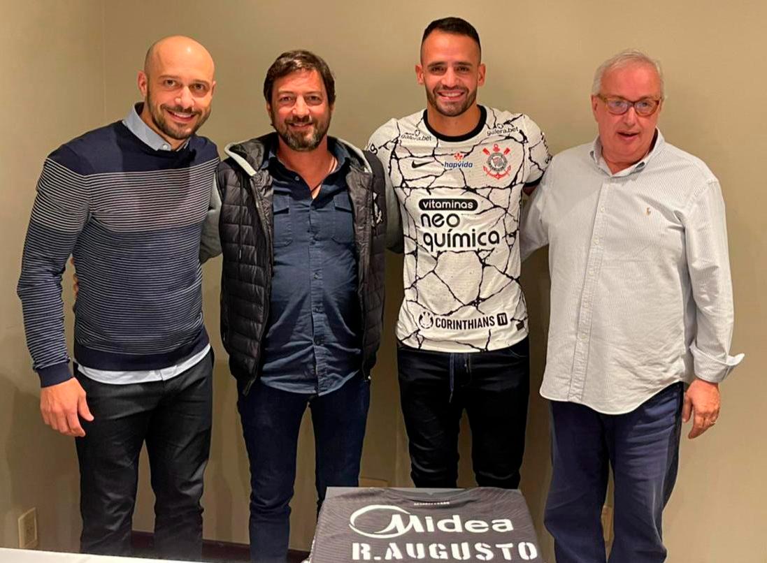 Corinthians anuncia volta de Renato Augusto