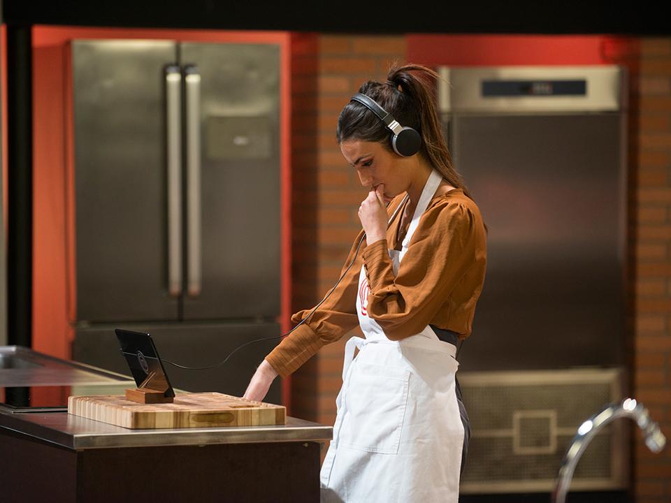 Jéssica ouviu atentamente as instruções sobre o prato que teria de fazer