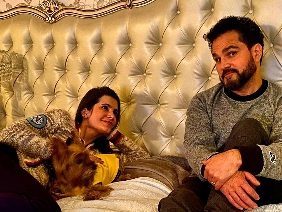 """Luciano Camargo vai dar """"susto"""" na mulher e acaba mostrando mansão"""