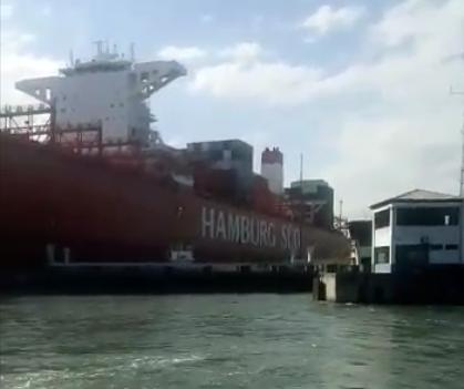 Acidente envolvendo navio cargueiro e plataforma paralisa travessia de balsas Santos/Guarujá