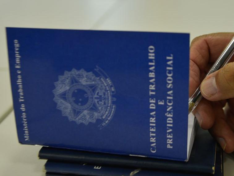 Desemprego atinge 14,6% no trimestre encerrado em maio e Paulo Guedes critica IBGE
