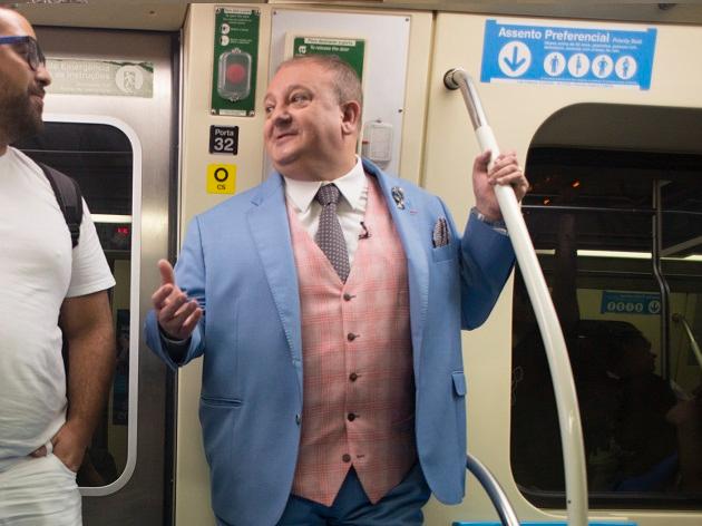 """Jacquin anda de metrô em São Paulo e público brinca: """"Gente como a gente"""""""