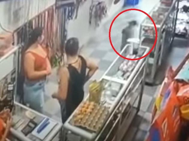 """Cachorro invade pet shop e """"rouba"""" osso gigante; assista"""
