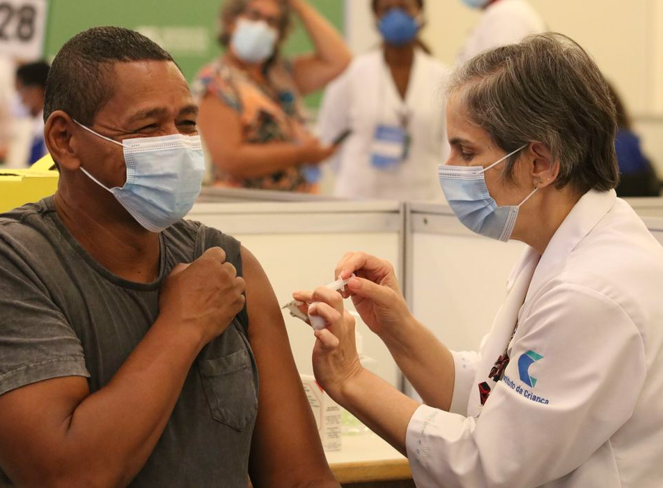 Vacinação em São Paulo tem longas filas no primeiro dia para idosos de 60 a 62 anos