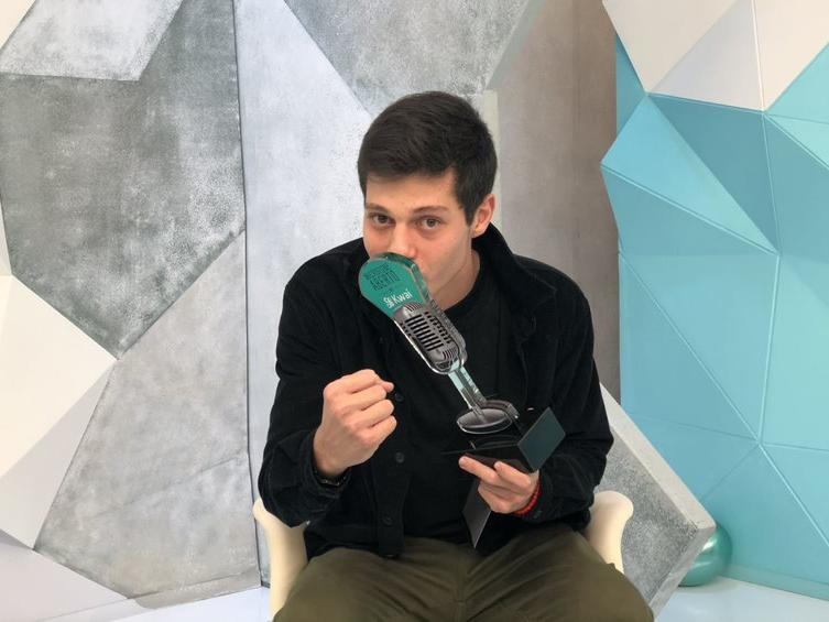 João Pedro Sgarbi com o troféu do Microfone Aberto no Kwai