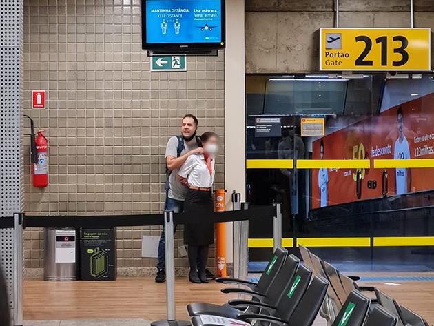 Homem é preso após fazer comissária de bordo refém com uma caneta no Aeroporto de Guarulhos