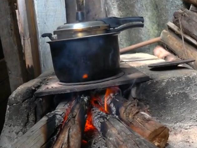 Com gás de cozinha caro, brasileiros improvisam fogão à lenha em casa