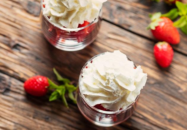 Merengue de morango da Carole Crema leva creme de iogurte