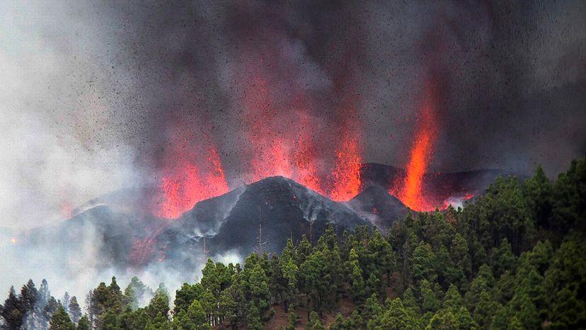 Vulcão de Cumbre Vieja na cidade de La Palma entra em erupção nas Ilhas Canárias