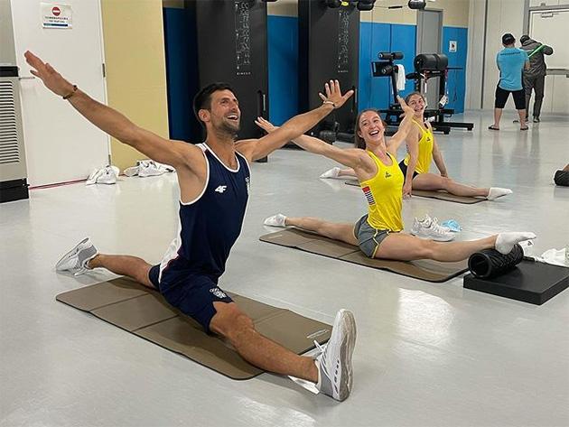 Djokovic esbanja flexibilidade em treino com ginastas