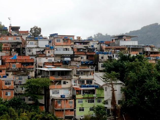 Rio inicia vacinação em massa no Complexo da Maré